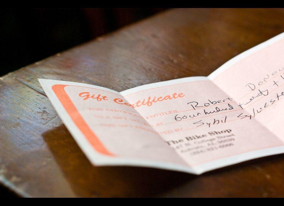 "<a href=""http://www.Restaurant.com"" target=""_hplink"">Restaurant.com</a> sells $25 gift certificates for $10 or $50 gift certi"