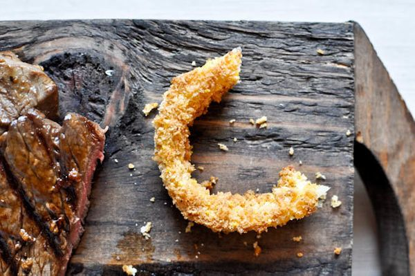 "<strong>Get the <a href=""http://www.howsweeteats.com/2011/06/healthy-crunchy-onion-rings-grilled-flank-steak/"" target=""_blank"