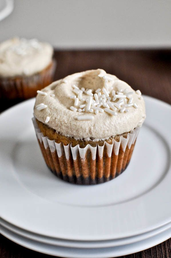 """<strong>Get the<a href=""""http://www.howsweeteats.com/2011/09/brownie-banana-bread-cupcakes-with-brown-sugar-frosting/"""" target="""