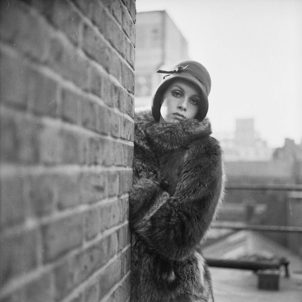 Twiggy wears 1920s-style fashions.