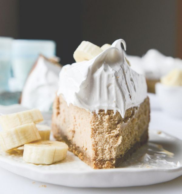 """<strong>Get the <a href=""""http://www.howsweeteats.com/2015/01/peanut-butter-cheesecake-with-whipped-marshmallow-and-bananas/"""""""