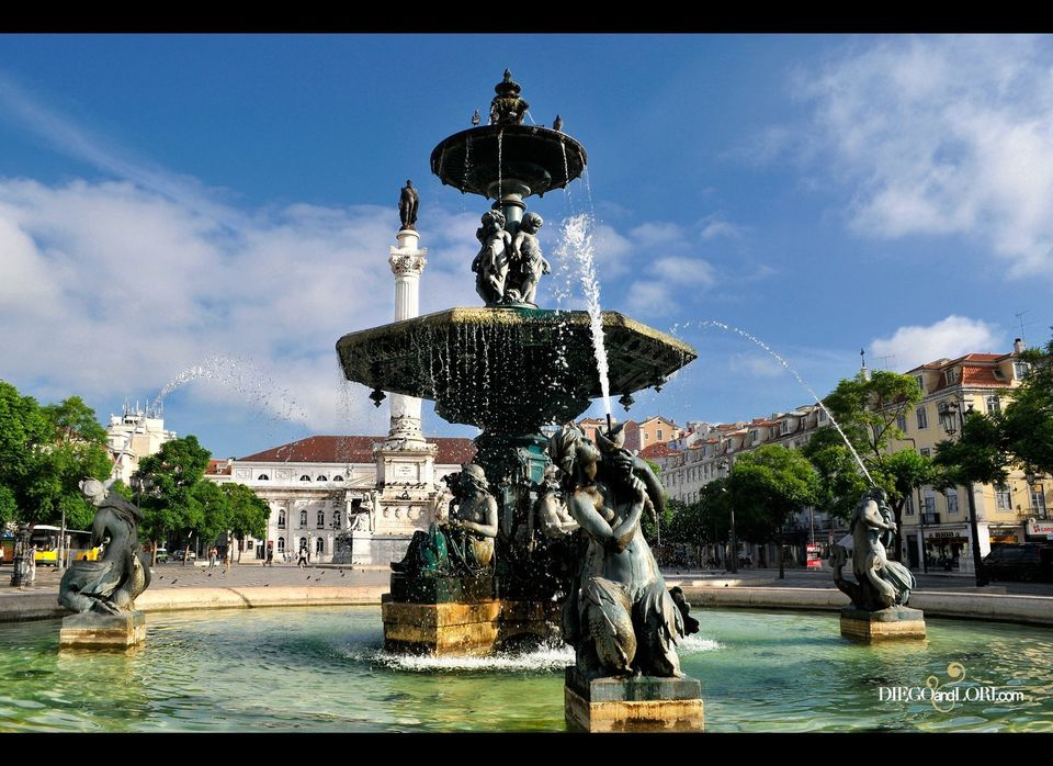 One of two baroque bronze fountains imported from France in the <em>Praça de D. Pedro IV</em> (Rossio Square). © diegoandlori
