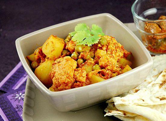 "<strong>Get the <a href=""http://www.whatsforlunchhoney.net/2009/03/bollywood-cooking-punjabi-aloo-gobi.html"">Aloo Gobi</a> re"
