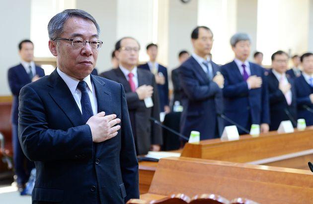 2016년 3월21일 오전 서울 서초구 대법원 대회의실에서 열린 전국 선거전담 재판장회의에서 임종헌 당시 법원행정처 차장(왼쪽)을 비롯한 참석자들이 국민의례를 하고