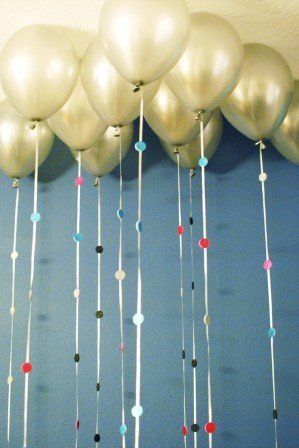 "An easy<a href=""https://www.huffpost.com/entry/new-years-eve-balloon-garland_n_2378018?utm_hp_ref=crafts""> last-minute touch<"
