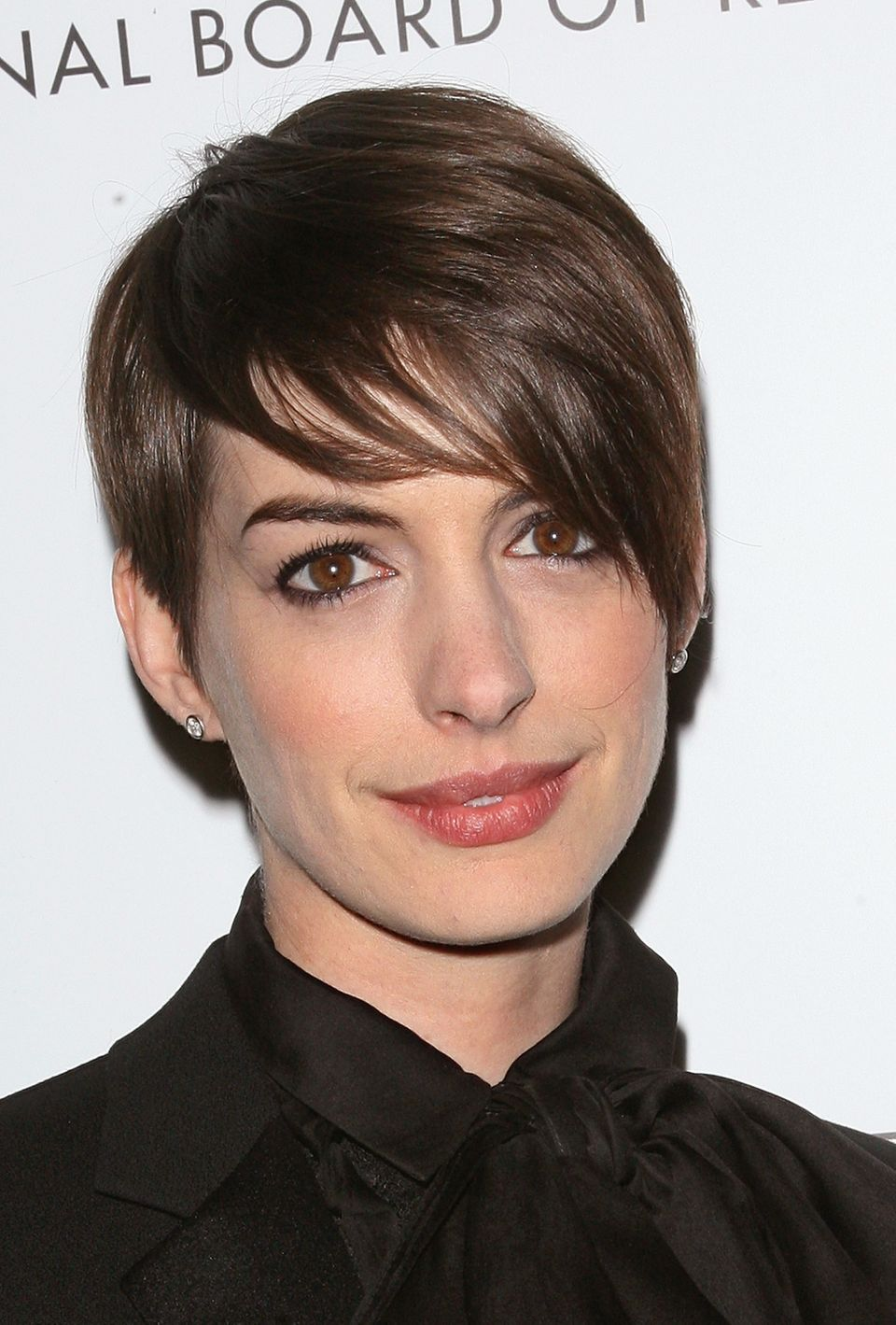 5 Ways To Style A Pixie Haircut As Worn By Anne Hathaway Halle