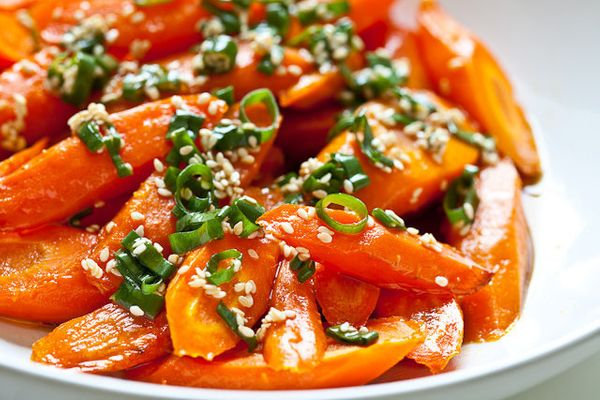 "<strong>Get the <a href=""http://www.steamykitchen.com/18590-roasted-carrots-with-sesame-ponzu-vinaigrette-recipe.html"" target"