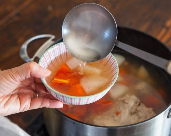 "<strong>Get the <a href=""http://www.steamykitchen.com/26933-chinese-daikon-and-carrot-soup-recipe-video.html"" target=""_blank"""