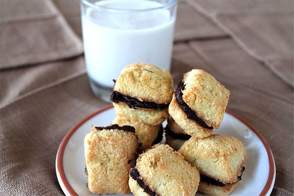 """<strong>Get the <a href=""""http://slimpalate.com/chocolate-ganache-stuffed-coconut-lime-macaroons/"""" target=""""_blank"""">Chocolate G"""