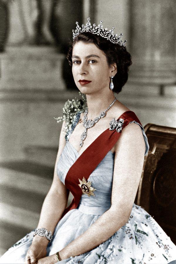 """Queen Elizabeth II <a href=""""http://www.thegloss.com/2010/11/22/beauty/gallery-10-weird-facts-about-lipstick/#ixzz2M7cvG7lQ"""" t"""
