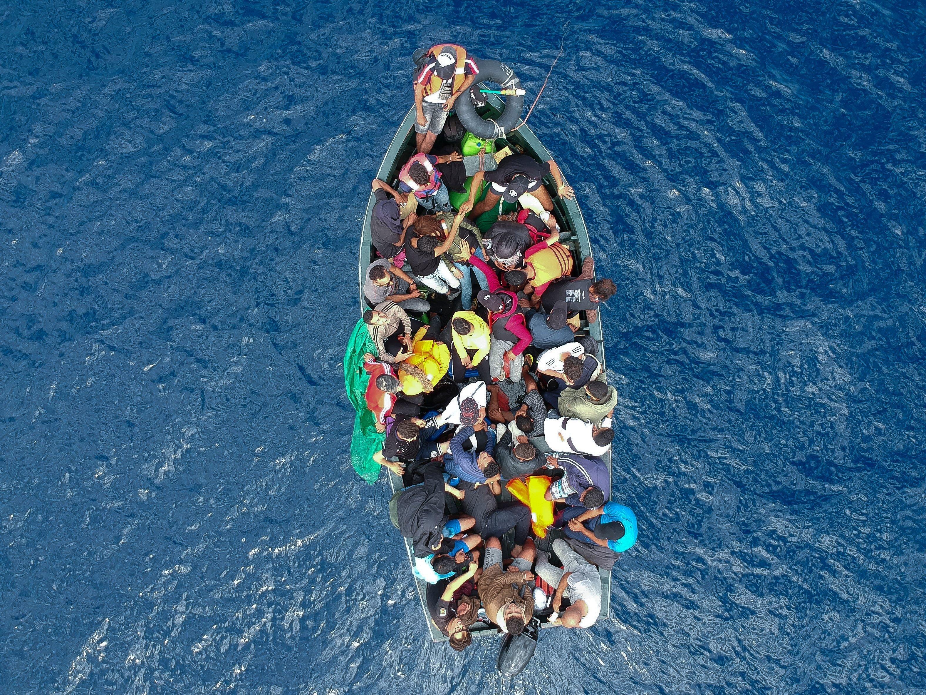 Photo aérienne d'un bateau de migrants sauvés dans le détroit de Gibraltar, le 8...