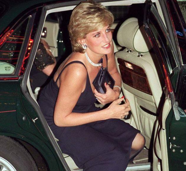 Lady Diana hat ihre Clutch oft geschickt genutzt, um zu tiefe Einblicke in ihr Dekolletee zu