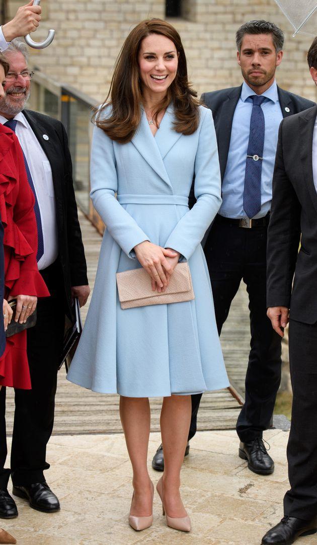 Will sie tatsächlich das Händeschütteln vermeiden? Herzogin Kate trägt ihre Clutch...