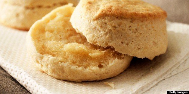 Buttermilk biscuits with melted butter (USA)