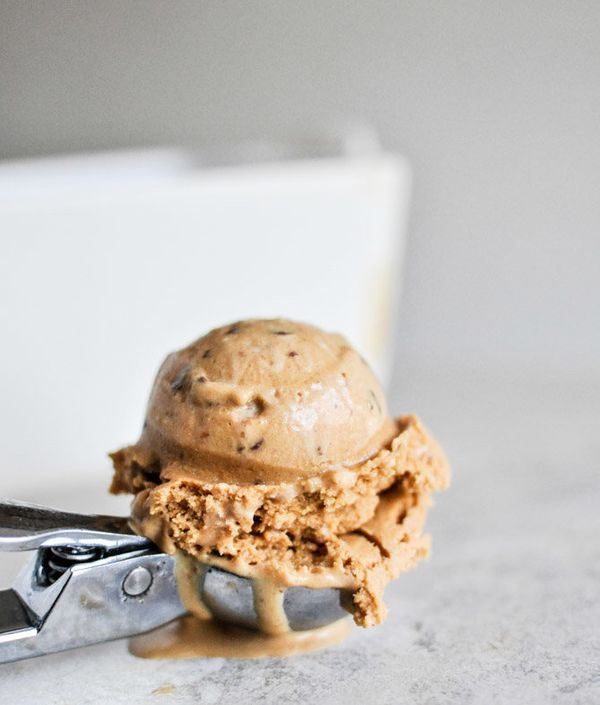"<strong>Get the <a href=""http://www.howsweeteats.com/2012/10/burnt-caramel-bourbon-ice-cream-with-milk-chocolate-toffee/"" tar"