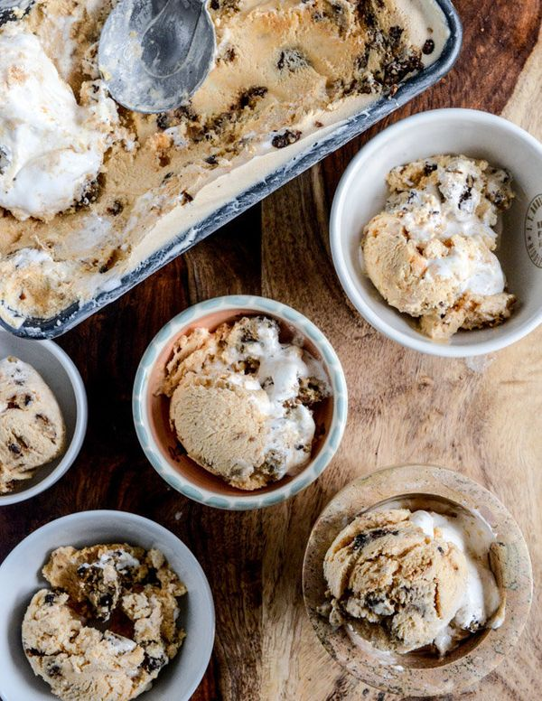 "<strong>Get the <a href=""http://www.howsweeteats.com/2013/11/chocolate-chip-cookies-and-cream-pumpkin-marshmallow-ice-cream/"""