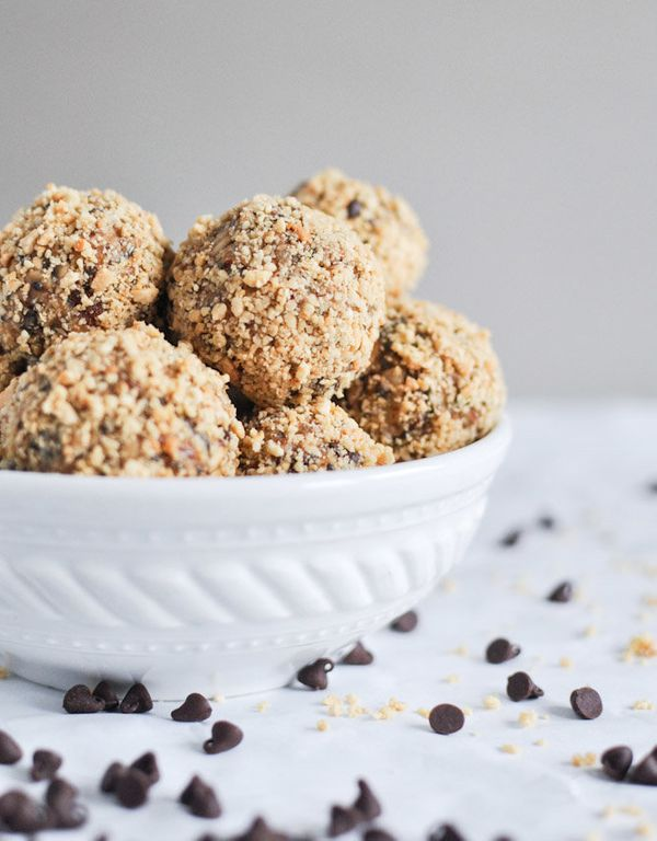 """<strong>Get the <a href=""""http://www.howsweeteats.com/2012/09/quick-easy-no-bake-oatmeal-peanut-butter-bites/"""" target=""""_blank"""""""