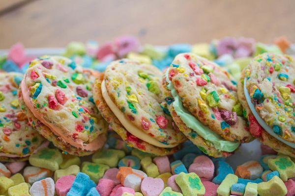 "<strong>Get the <a href=""http://tasteseekerskitchen.com/recipes-lucky-charms-rainbow-sandwich-cookies/"" target=""_blank"">Lucky"