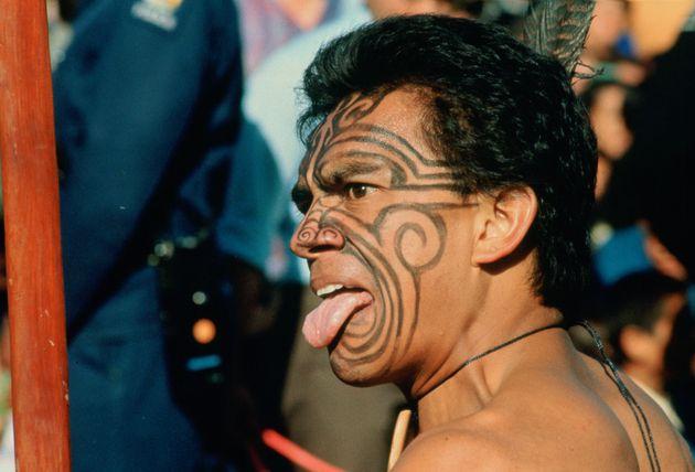 Un maorí en Nueva Zelanda reta a alguien de manera