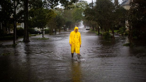 A man walks through flooded streets during the passing of Hurricane Florence in the town of New Bern, North Carolina, U.S., September 14, 2018. REUTERS/Eduardo Munoz
