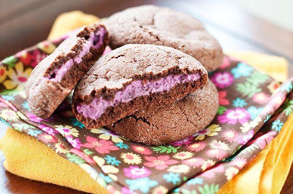 "<strong>Get the <a href=""http://www.bunsinmyoven.com/2011/04/25/raspberry-cheesecake-stuffed-chocolate-cookies/"" target=""_bla"