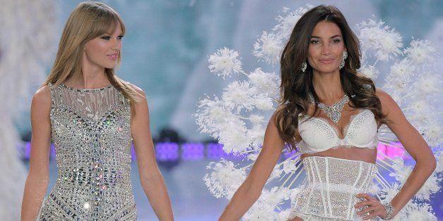 Victoria S Secret Fashion Show 2013 Stars Taylor Swift Giving The