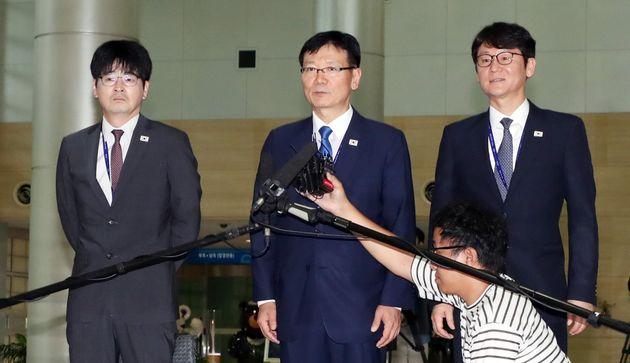 왼쪽부터 탁현민 선임행정관, 서 비서관, 권혁기