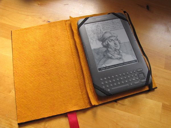 """Any e-reader owner will love this <a href=""""http://www.huffingtonpost.com/2012/11/19/homemade-gift-kindle-case_n_2160348.html?"""