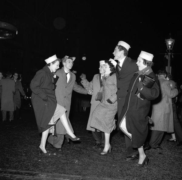 Let's also bring back amateur chorus lines. Leg up!