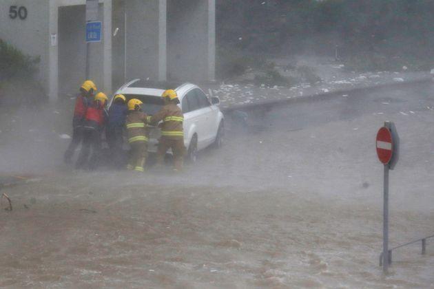 Τουλάχιστον 25 οι νεκροί από τον τυφώνα Μανγκούτ στις