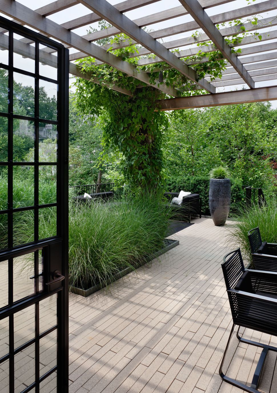 "<a href=""http://porch.com/projects/defining-tudor-1?img=41022"" target=""_blank"">Modern Garden</a> by Jennifer Post Design, Inc"