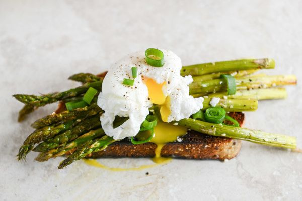 "<strong>Get the <a href=""http://www.howsweeteats.com/2014/03/roasted-sesame-asparagus-toasts-with-poached-eggs/"" target=""_bla"