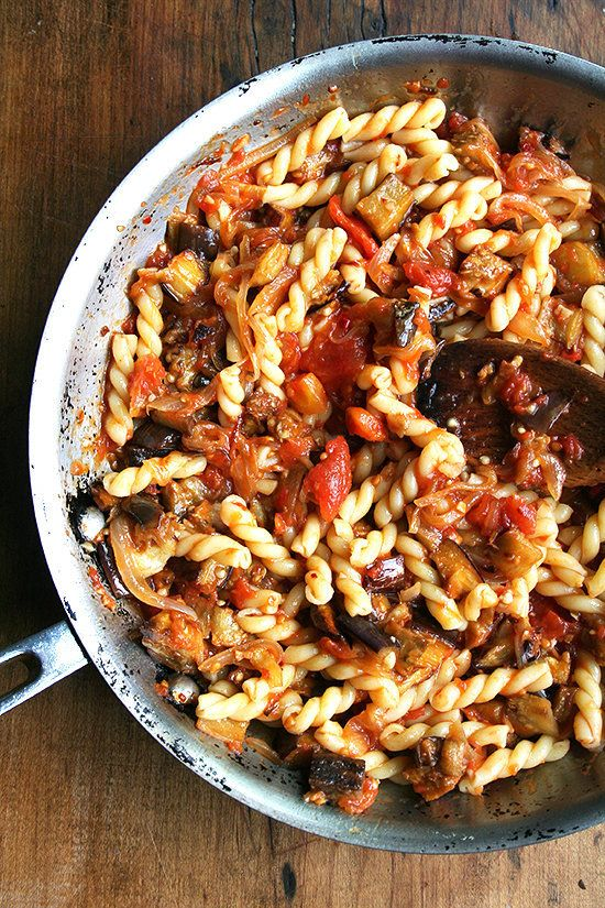 "<strong>Get the <a href=""http://www.alexandracooks.com/2011/08/25/chez-panisse-eggplant-caramelized-onion-and-tomato-pasta/"""
