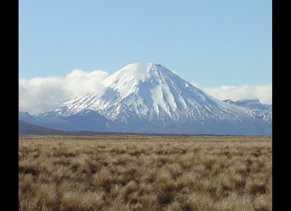 "<a href=""http://www.virtualoceania.net/newzealand/photos/volcanic/ngauruhoe/"" target=""_hplink"">Mount Ngauruhoe</a>, an active"