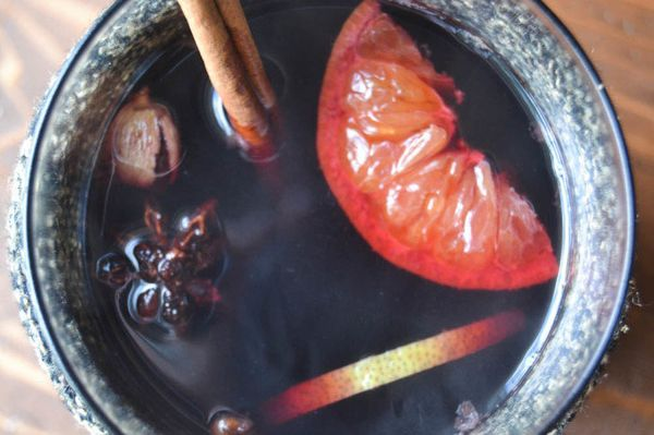 "<strong>Get the <a href=""http://theviewfromgreatisland.com/2014/10/slow-cooker-crock-pot-mulled-wine.html"" target=""_blank"">Sl"