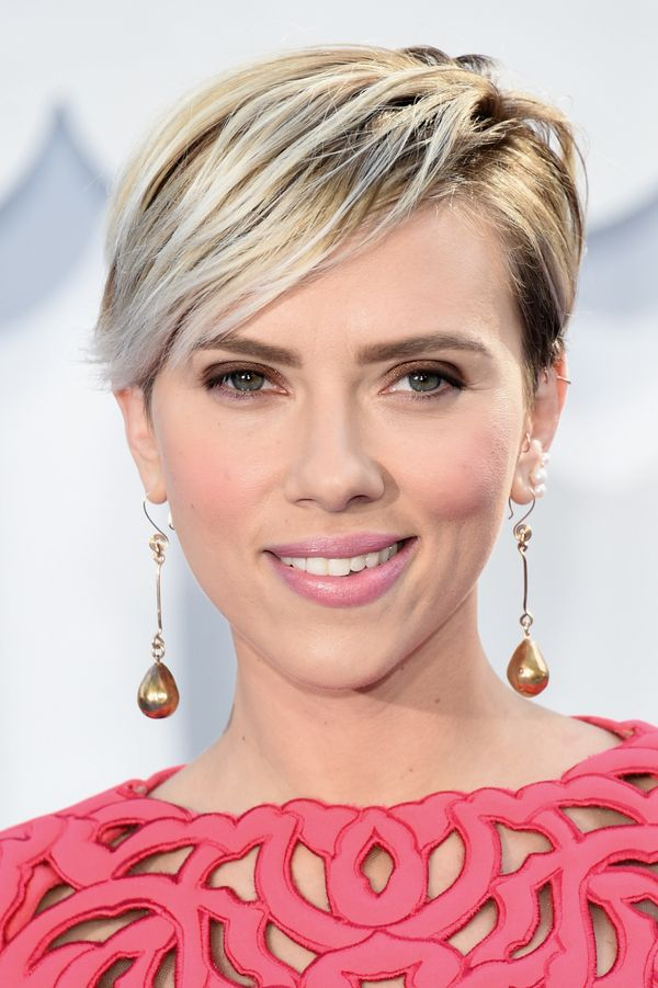 We're glad to see that Scarlett is still rocking this platinum pixie, because it looks so sophisticated paired with her light