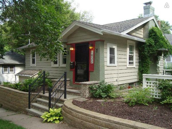 "This house is advertised as ""perfect for a football or graduation weekend.""<br>  <strong>City:</strong> Iowa City<br> <strong"