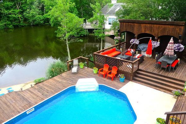 Three blocks from the beach, this property has a saltwater pool, hot tub and game room.<br>  <strong>City:</strong> Virginia