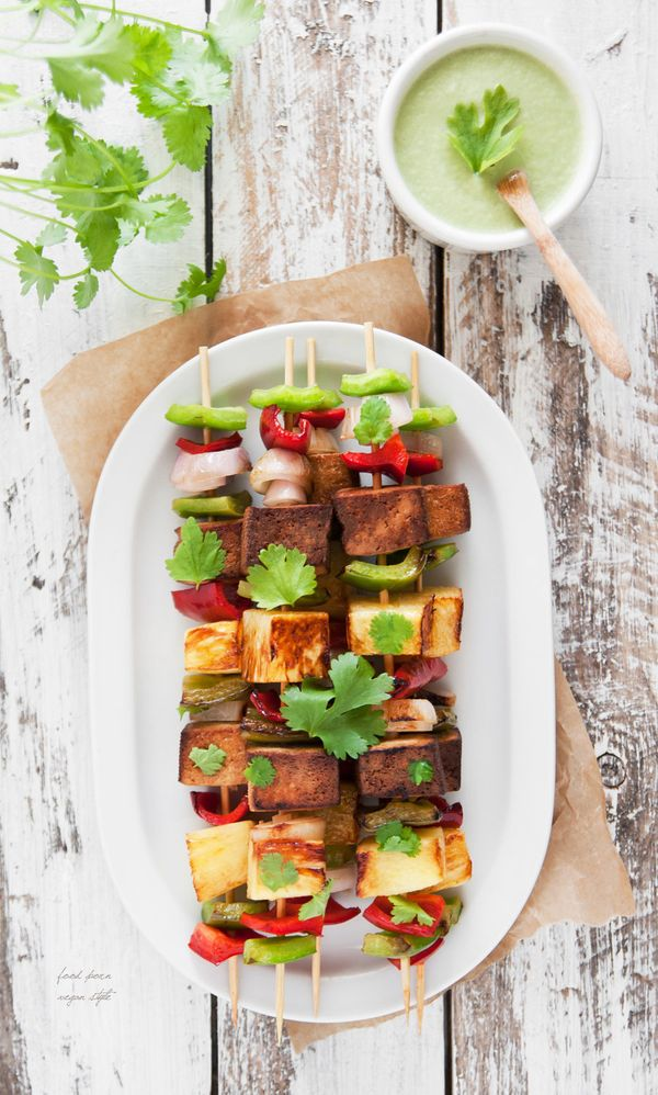 "<strong>Get the <a href=""http://foodpornveganstyle.blogspot.com/2015/05/weganskie-szaszyki-z-ananasem-i-tofu.html"" target=""_b"