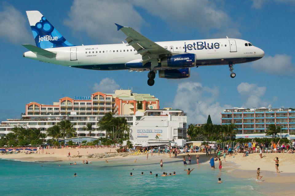 Το αεροδρόμιο στο νησί της Καραϊβικής του Αγίου Μαρτίνου. Ο αεροδιάδρομος αυτού του νησιού βρίσκεται σε μικρή απόσταση από τη