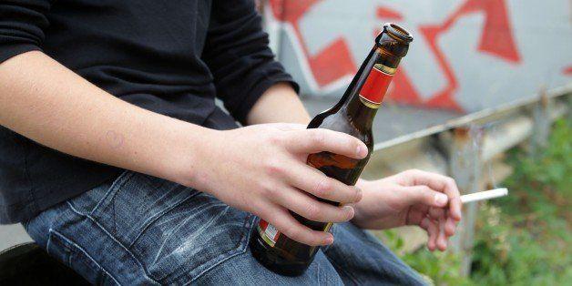 (GERMANY OUT) Feature Jugendliche und Drogen (gestelltes Foto), Jugendlicher trinkt Bier und raucht eine Zigarette      (Photo by wolterfoto/ullstein bild via Getty Images)
