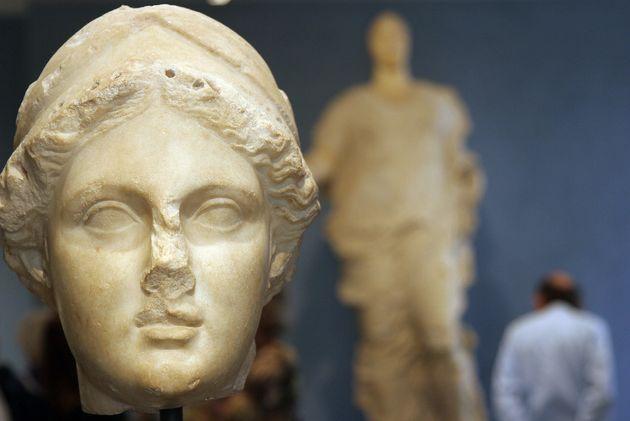 Το μαρμάρινο κεφάλι του αρχαίου κόσμου και το σώμα του νεότερου