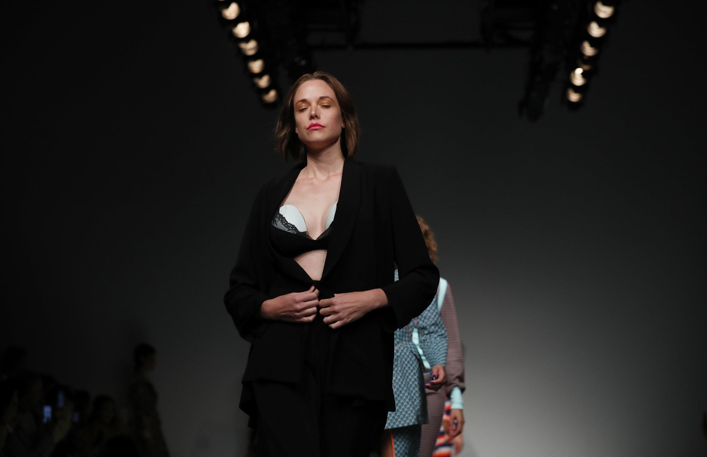 Μοντέλο φέρνει μια μικρή επανάσταση στην πασαρέλα όταν ανοίγει το σακάκι και εμφανίζεται η ιδιαιτερότητα στο στήθος