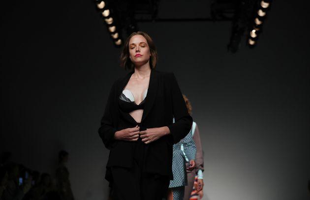 Μοντέλο στην Fashion Week του Λονδίνου φέρνει μια μικρή επανάσταση όταν ανοίγει το σακάκι και αποκαλύπτει...