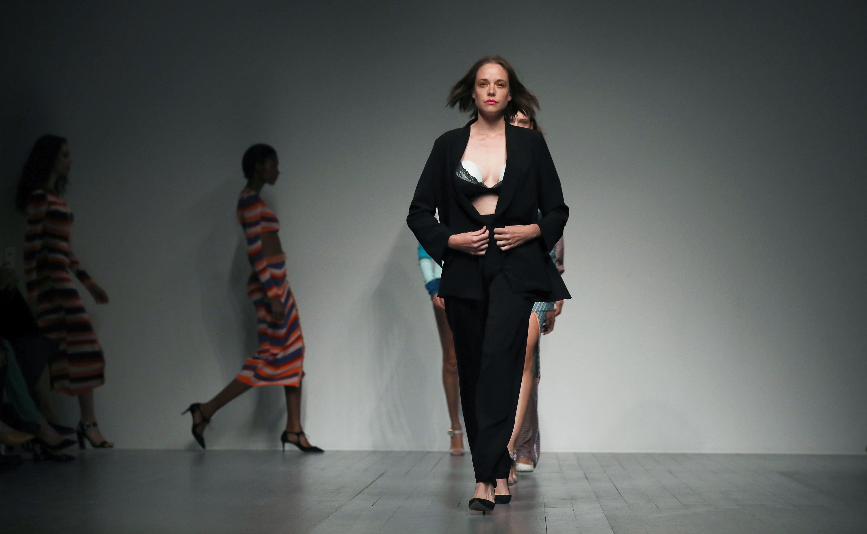 Μοντέλο φέρνει επανάσταση στην πασαρέλα όταν ανοίγει το σακάκι και αποκαλύπτει κάτι ιδιαίτερο στο στήθος