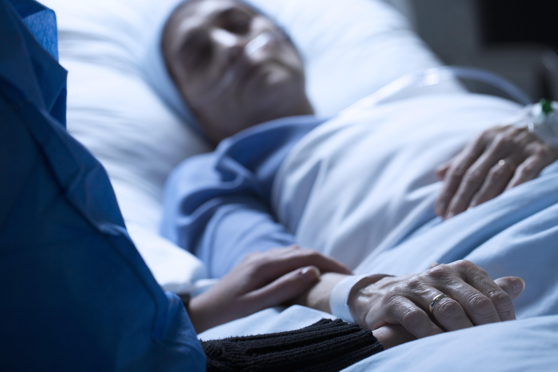 Frau übernachtet in Klinik zwei Wochen auf einem Stuhl – dann rückt die Polizei