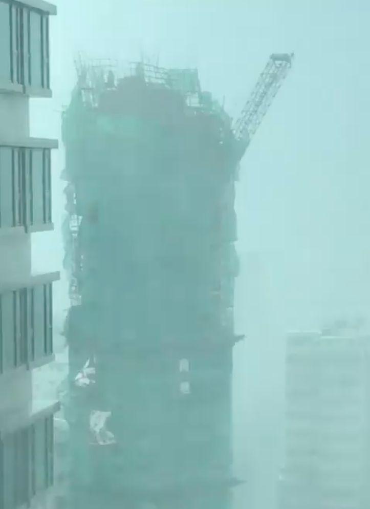 Video zeigt, wie ein Taifun einen riesigen Baukran vom Hochhaus