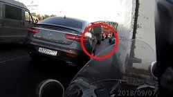 Autofahrer schmeißt Müll aus Fenster - ein Motorradfahrerin revanchiert