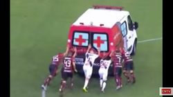 Au Brésil, les joueurs de ces deux équipes rivales se sont alliés pour pousser une ambulance en