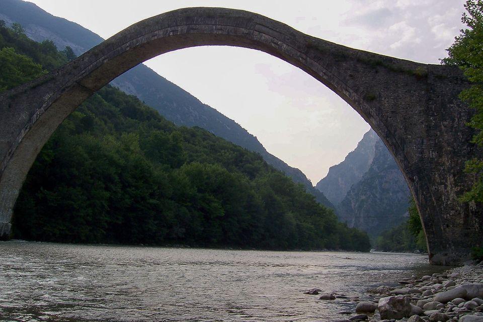 Η γέφυρα της Πλάκας πριν...